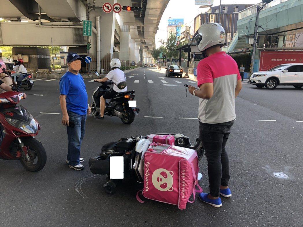 警方統計,台北市10月1日至13日間外送平台外送員交通事故共計發生30件,平均一...