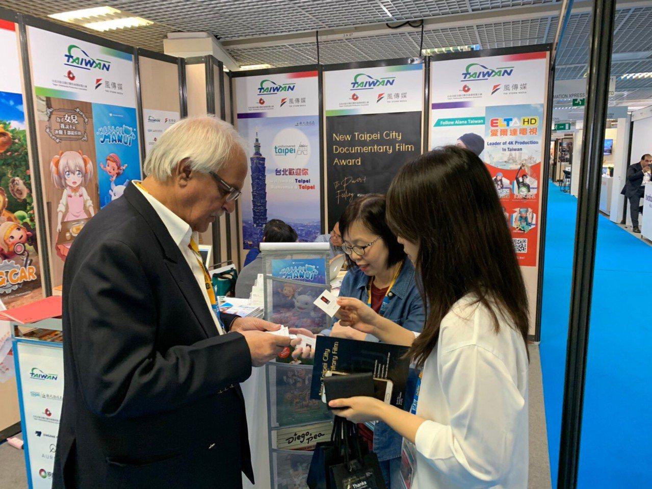 印度 VSION PRODUCTIONS 代表至台灣館表示對紀錄片的合作興趣。圖...