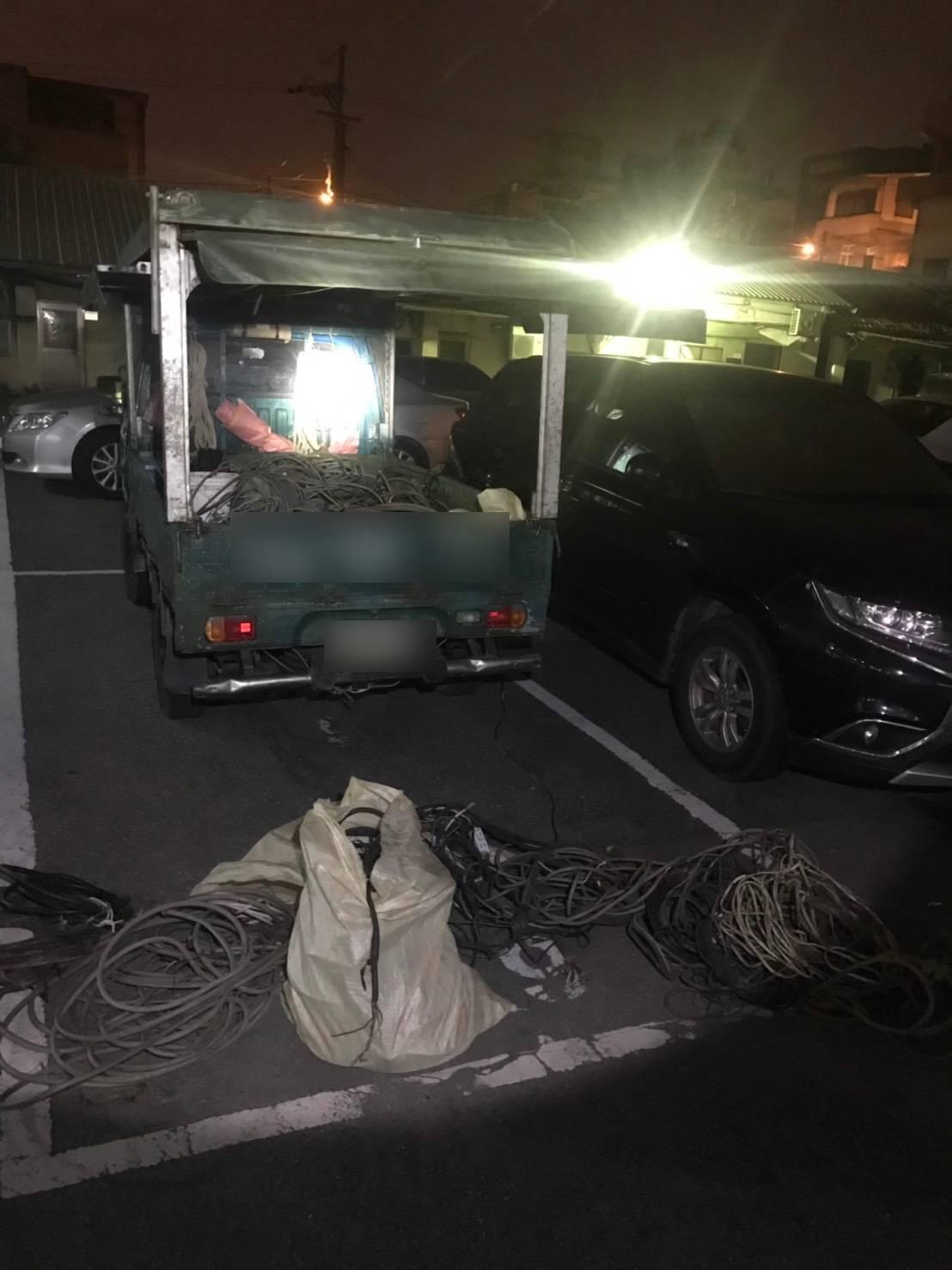 警方以警用小電腦查詢車主資料,發現車主有竊取電纜線之前科,立即前往攔查,果然在小...