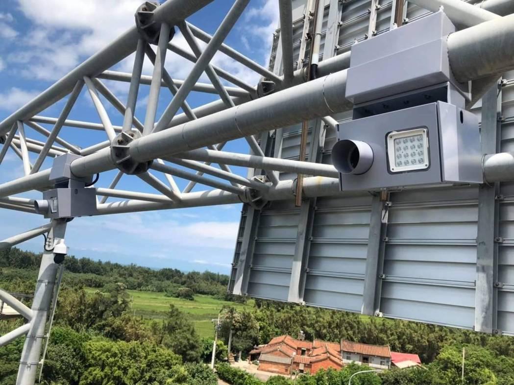 台61線觀音新屋路段實施區間測速,起、迄點的門架上裝有8套可辨識車牌測速錄影設備...