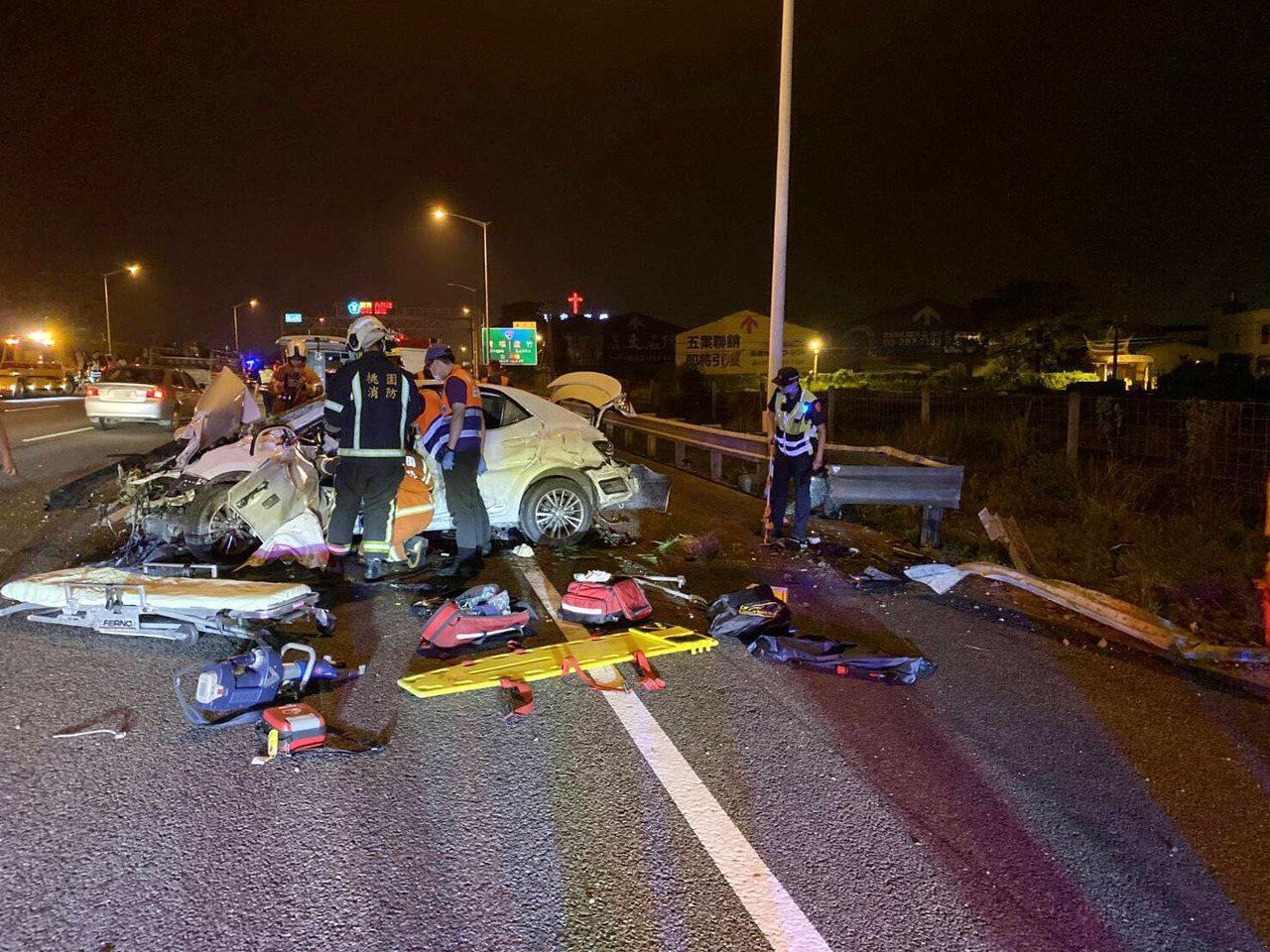 國道2號10月3日西向機場系統前方發生2車疑切換車道發生撞擊,造成3傷車禍,網友...