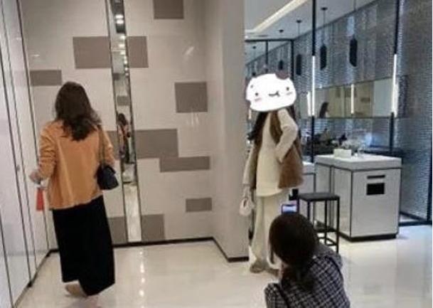 網紅霸佔杭州商場501城市廣場廁所,拍照打卡。(星島網)