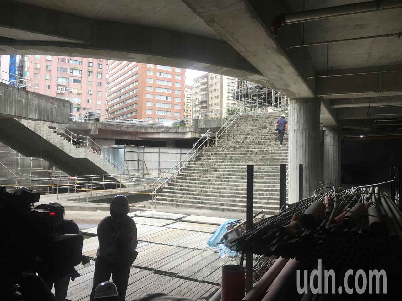 大巨蛋紛擾不斷,昨天第七度進入台北市都市設計審議會闖關成功,台北市議會教育委員會...