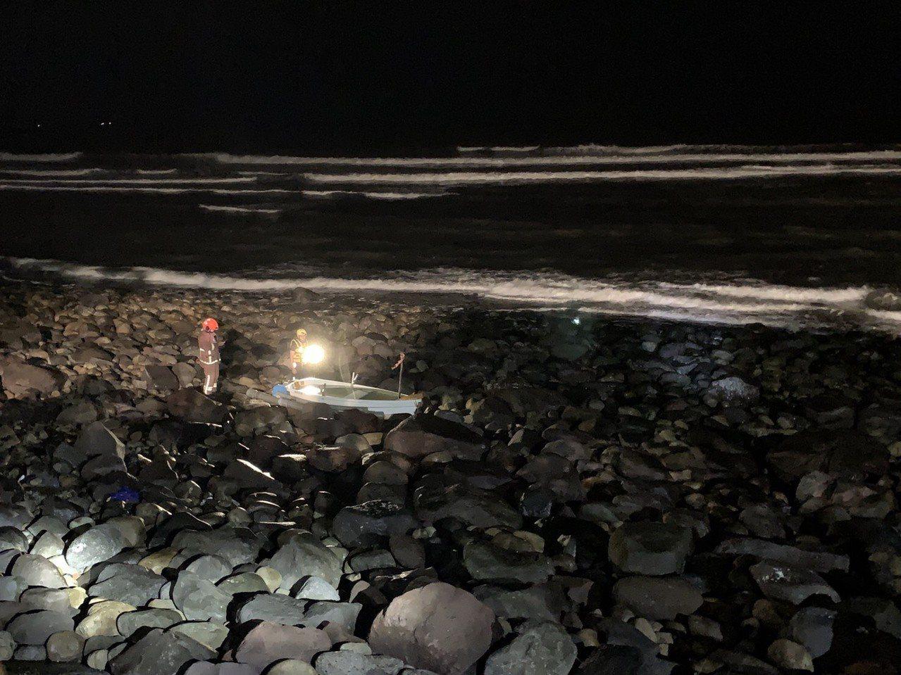 搜救人員尋獲被浪打上岸的失事小船。圖/海巡署第八岸巡隊提供
