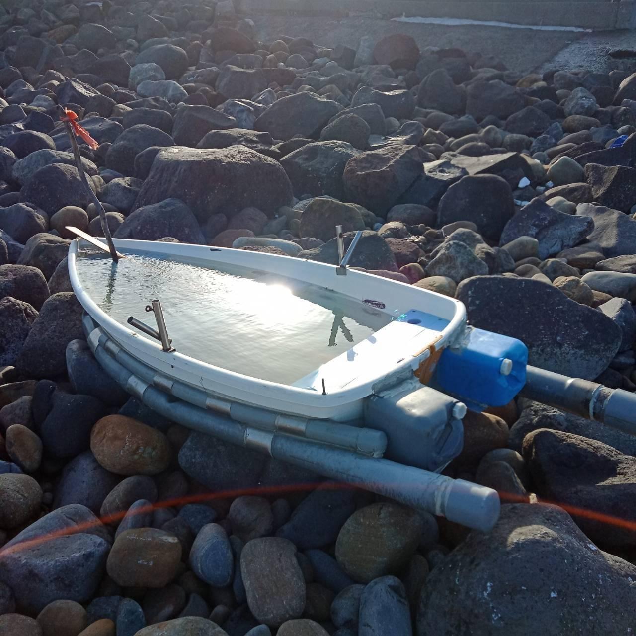 3人酒後出海划的無動力拼接小船被浪打上岸,尋獲時船艙內裝滿海水。圖/警方提供