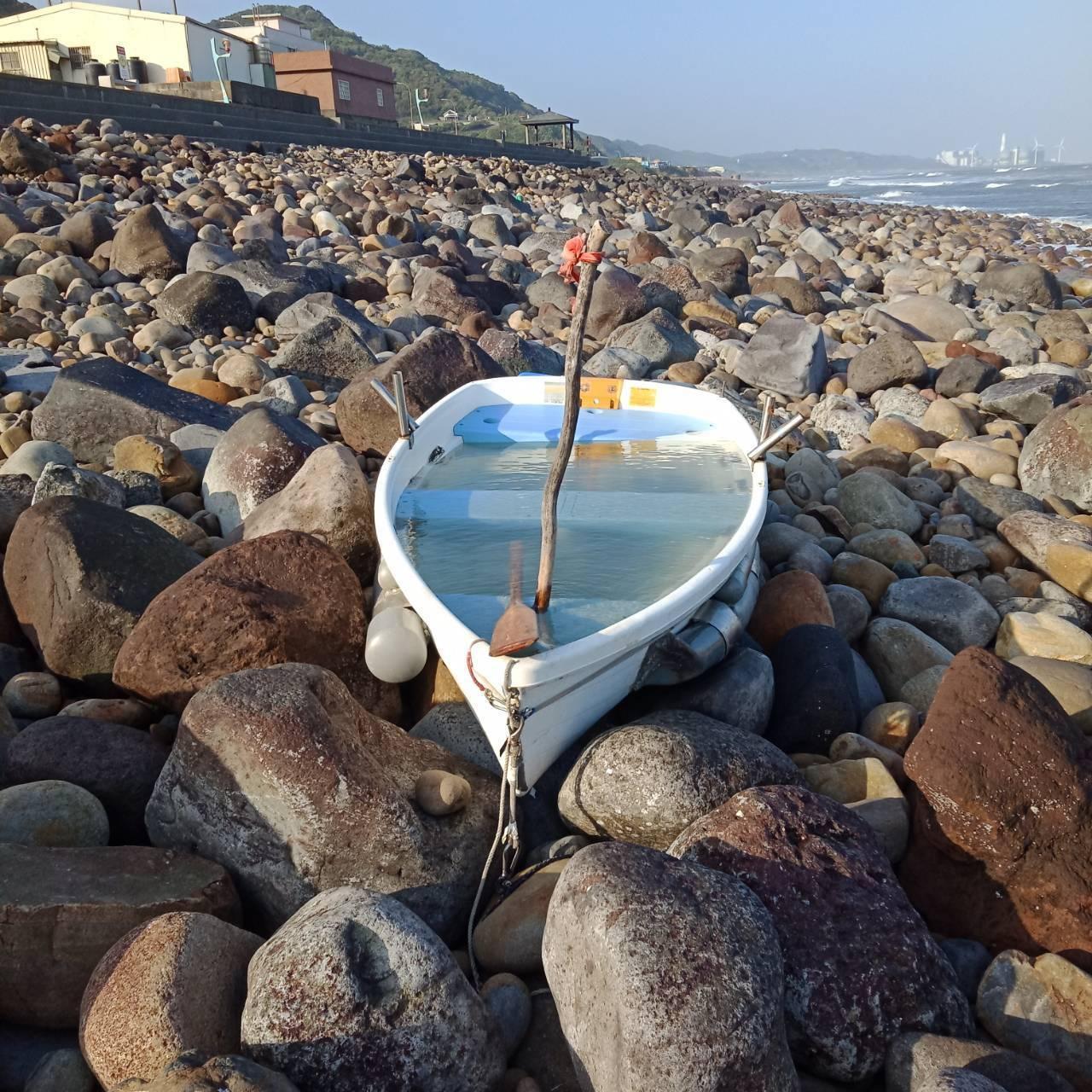 失事的無動力拼接小船被浪打上岸,木槳還在船上。圖/警方提供
