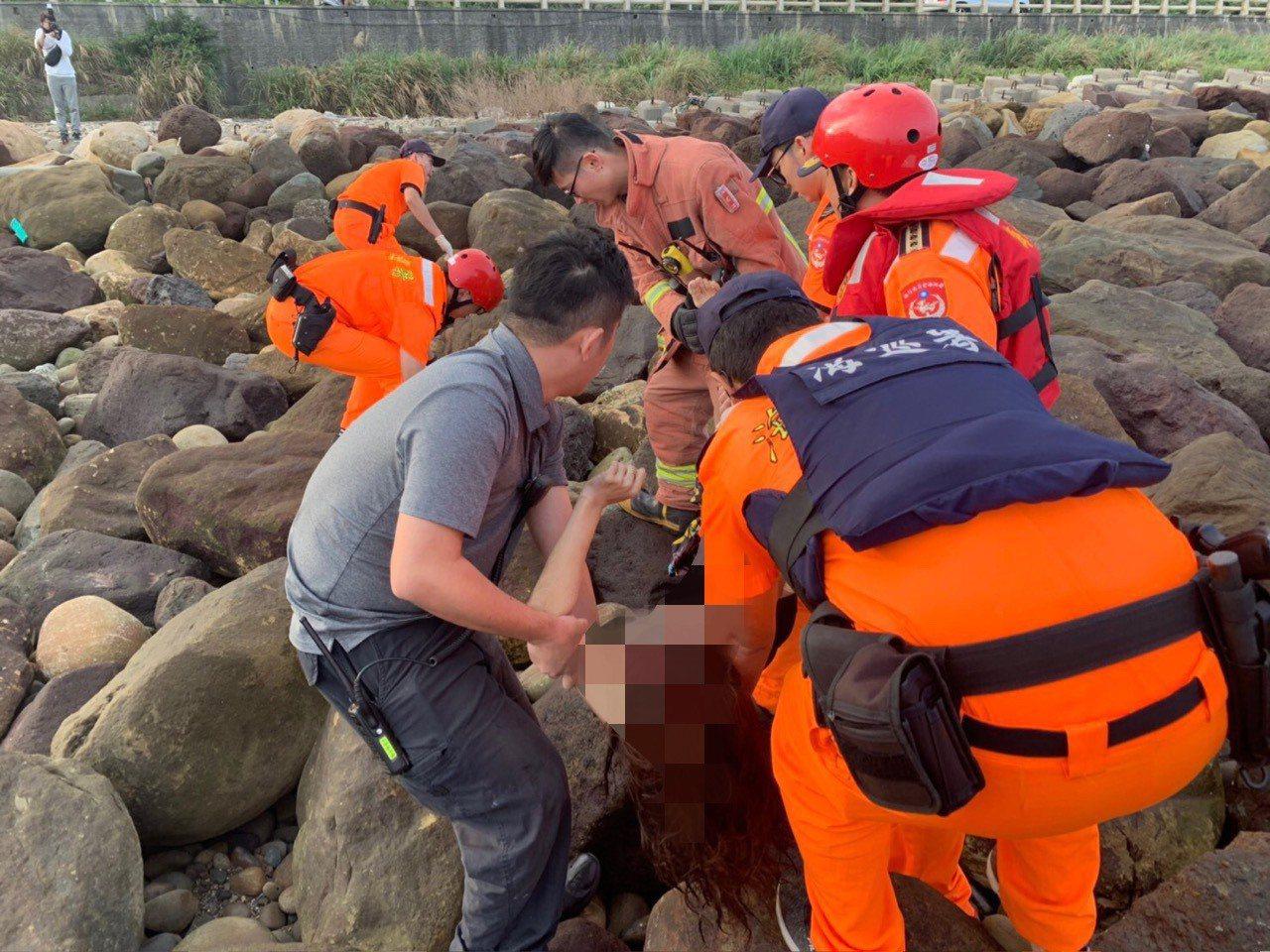 搜救人員尋獲被浪打上岸的溺水蔡女,已無生命徵象。圖/海巡署第八岸巡隊提供