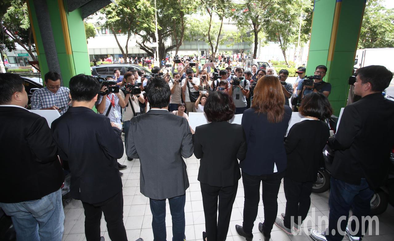高雄市長韓國瑜今天上午宣布正式請假參選2020總統大選,民進黨市議會黨團在對面開...