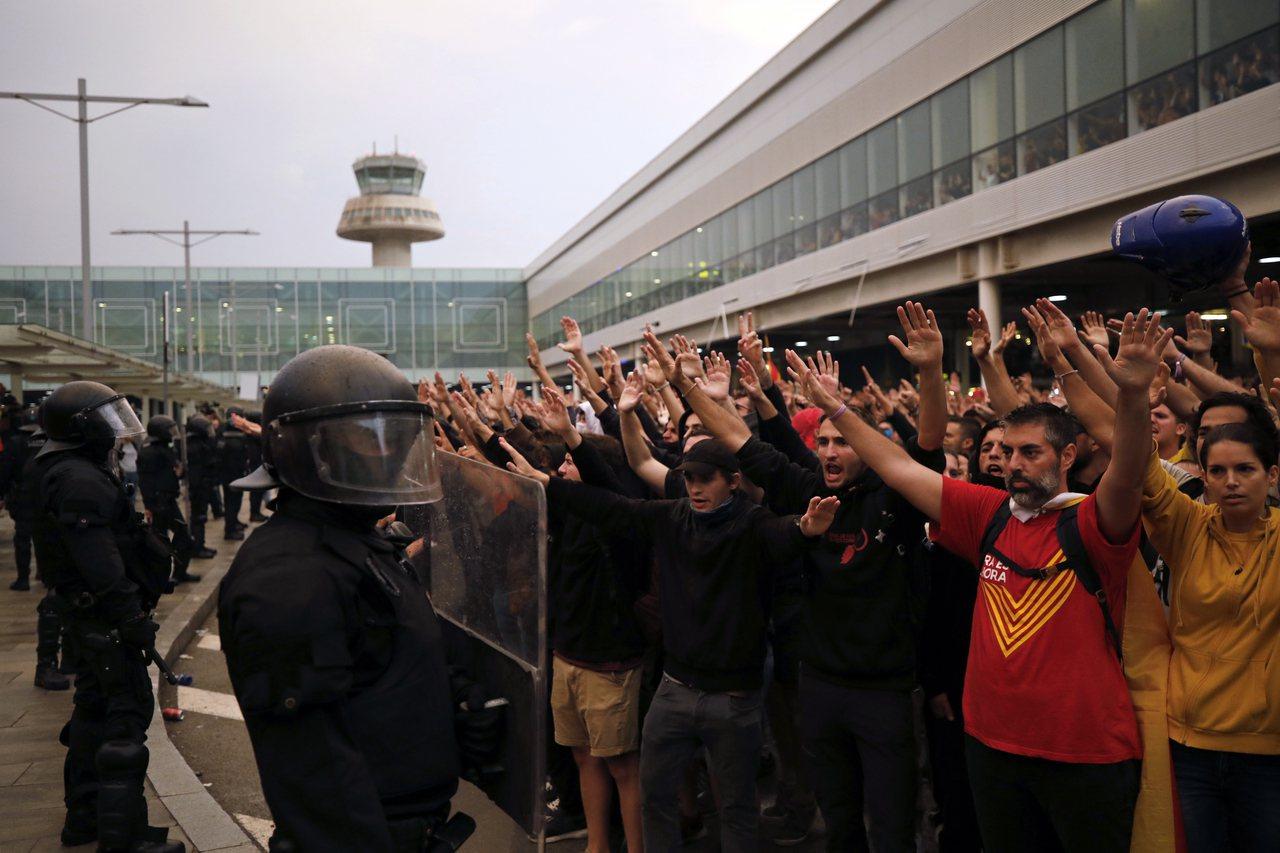 西班牙警方14日與在巴塞隆納市中心和機場外的抗議民眾發生衝突,有53人受傷接受治...