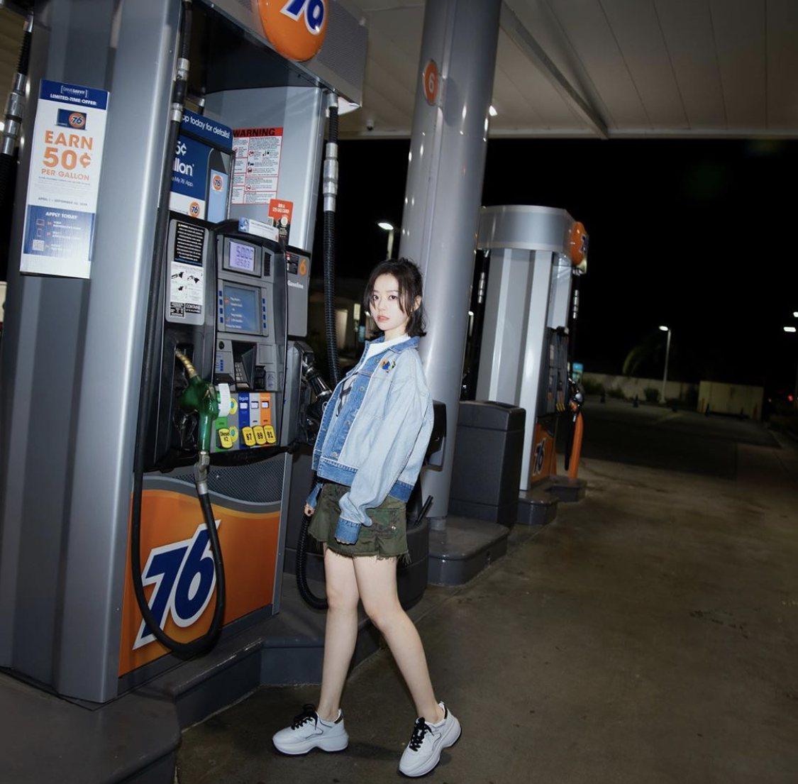 歌手張靚穎靠HOGAN秋冬新款Maxi Active鞋穿出雪白逆天長腿。圖/摘自...