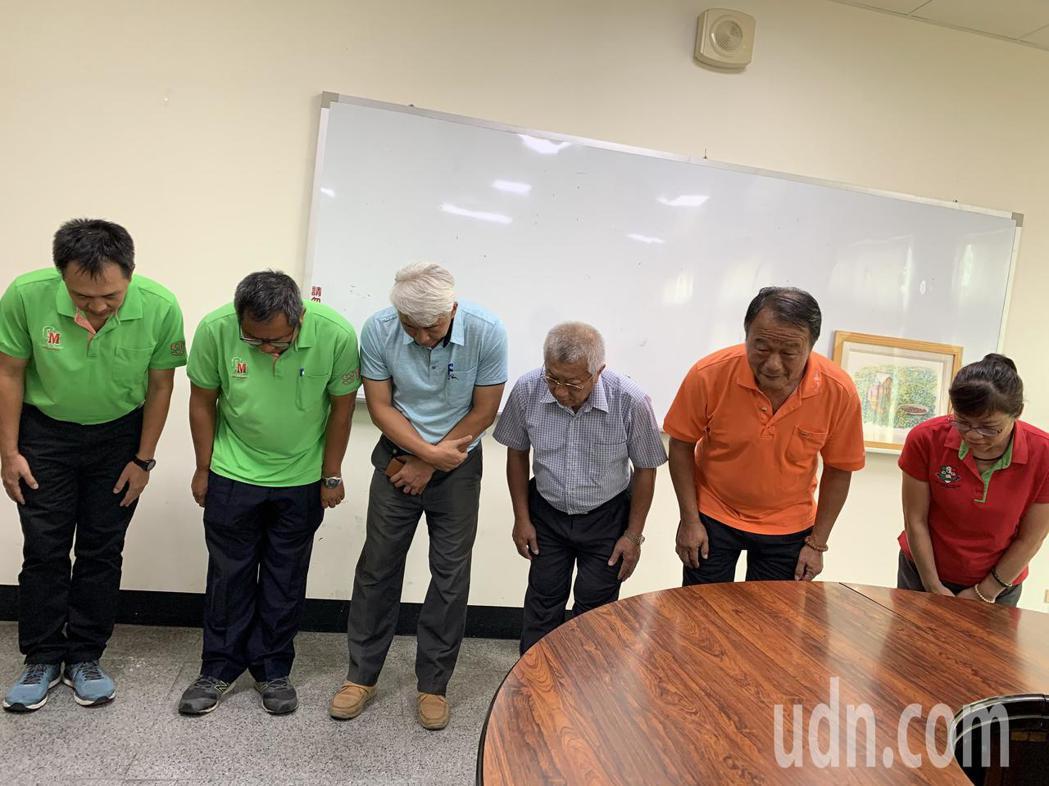 台南官田區農會總幹事林正容(右二)率團隊和廠商(在三)出面道歉。記者吳淑玲/攝影