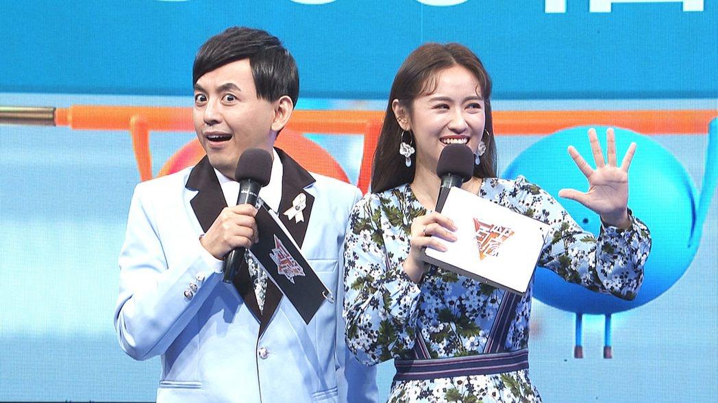 黃子佼(左)、吳姍儒拿下今年金鐘獎。圖/公視提供