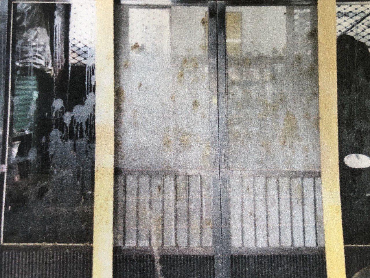 林男住家門窗遭糞尿攻擊。記者林敬家/翻攝
