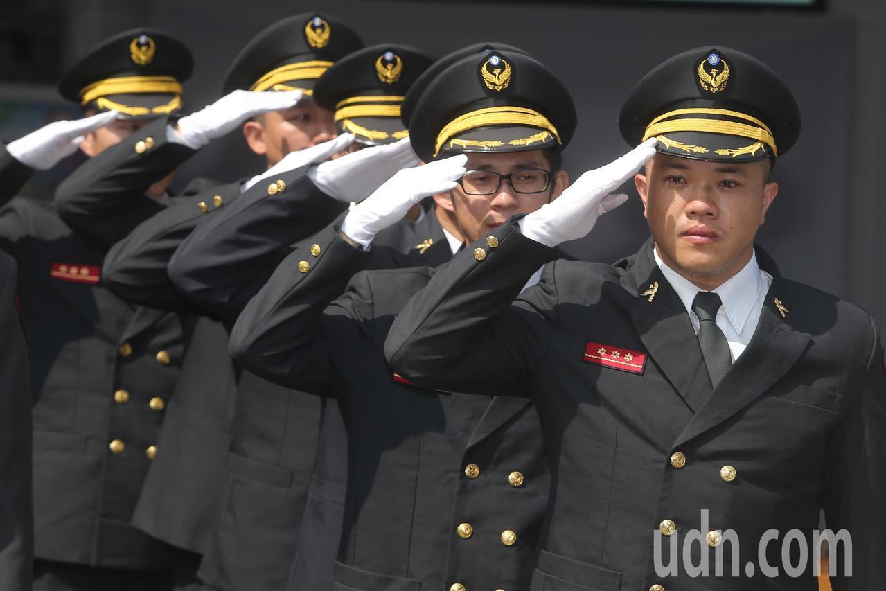 同袍向靈柩敬禮,目送殉職消防員謝志雄、張哲嘉最後一程。記者黃仲裕/攝影