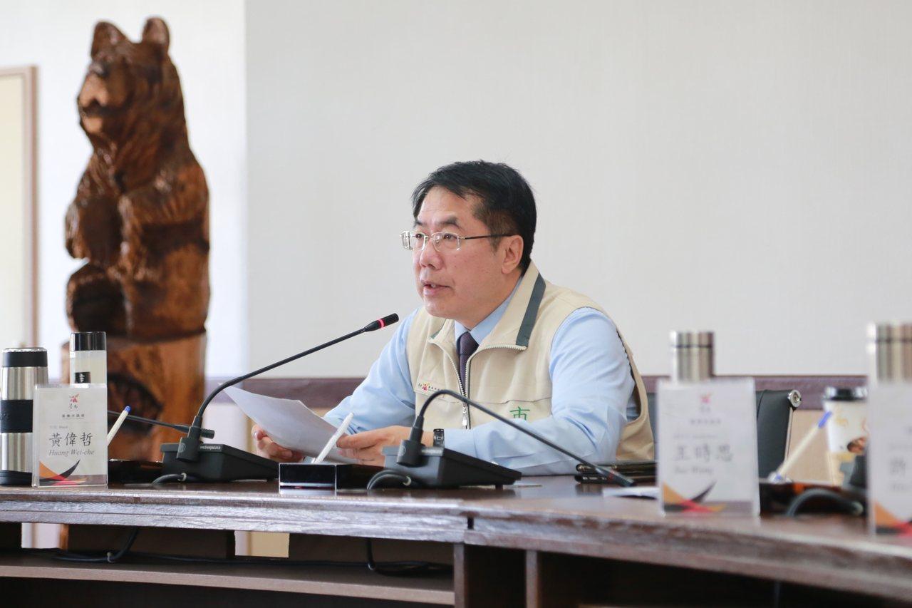 對於社會各界關注美食平台外送員勞動權益,台南市長黃偉哲在市政會議上,要求勞工局,...