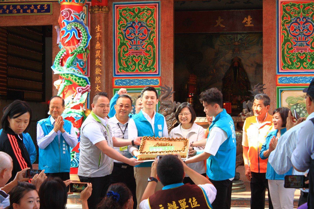 鄭朝方特別準備橄欖大蛋糕來祈福,上面寫著「台灣要贏」。記者郭政芬/攝影