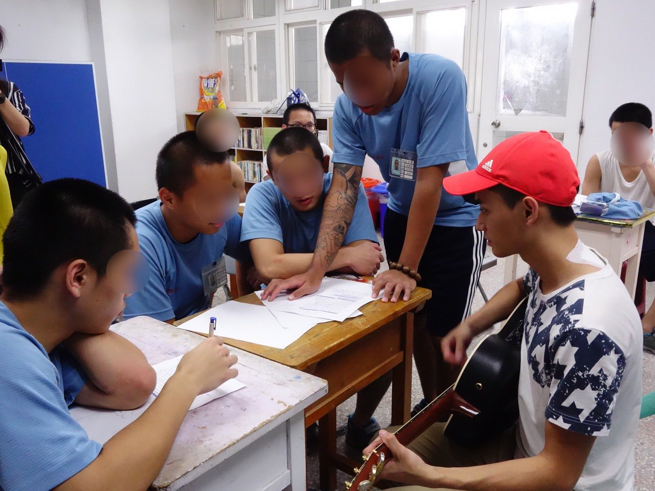 誠正中學這門課,一群男孩用江湖味唱出最青春的故事,想起以前的光景,聲音略顯激動。...