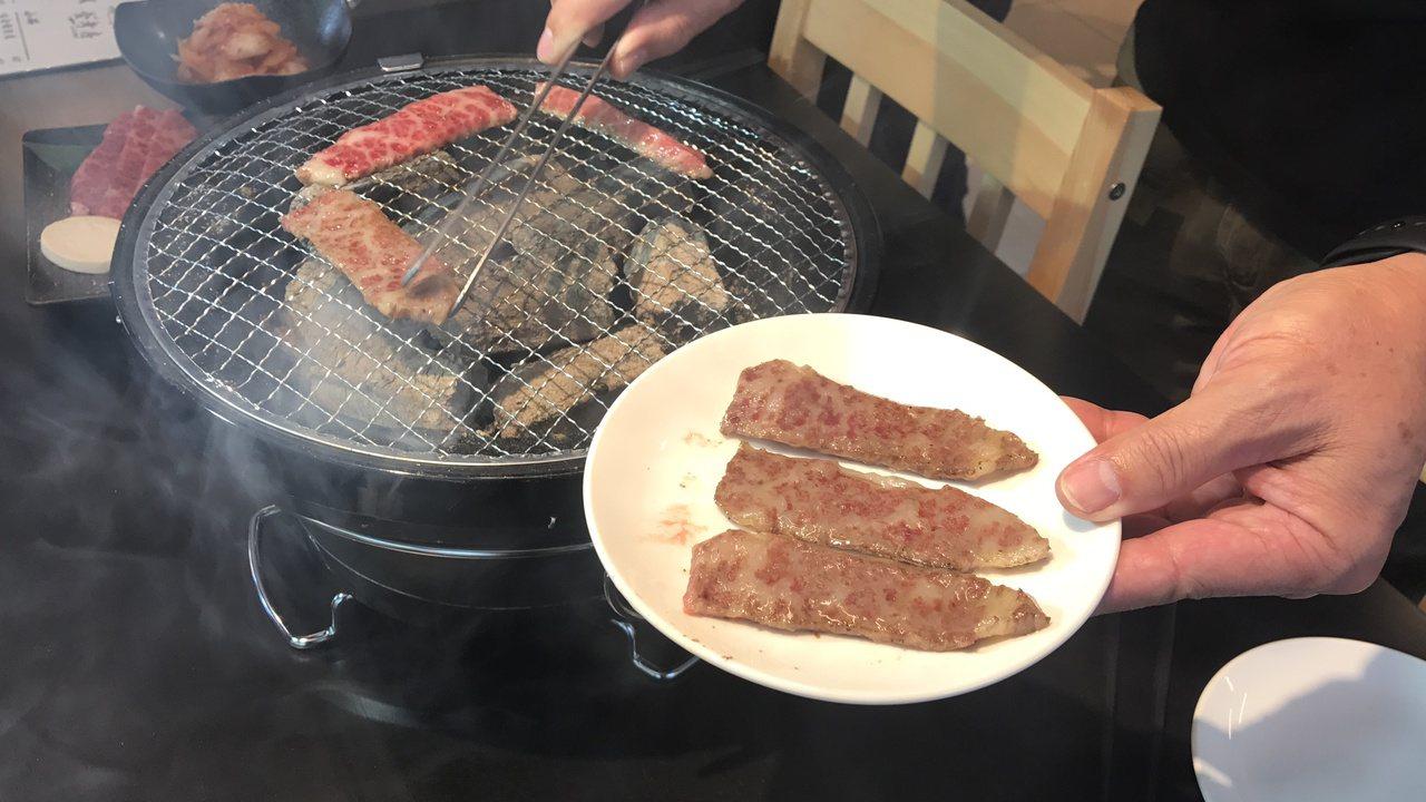 美崎和牛現烤趁熱吃,沾點鹽巴就超美味。記者吳淑君/攝影