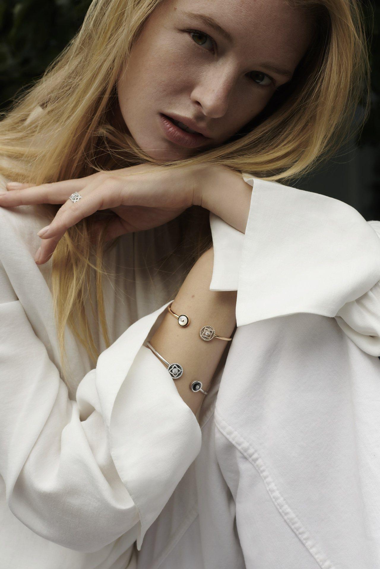 女模展示De Beers全新Enchanted Lotus系列鑽石手鐲。圖/De...
