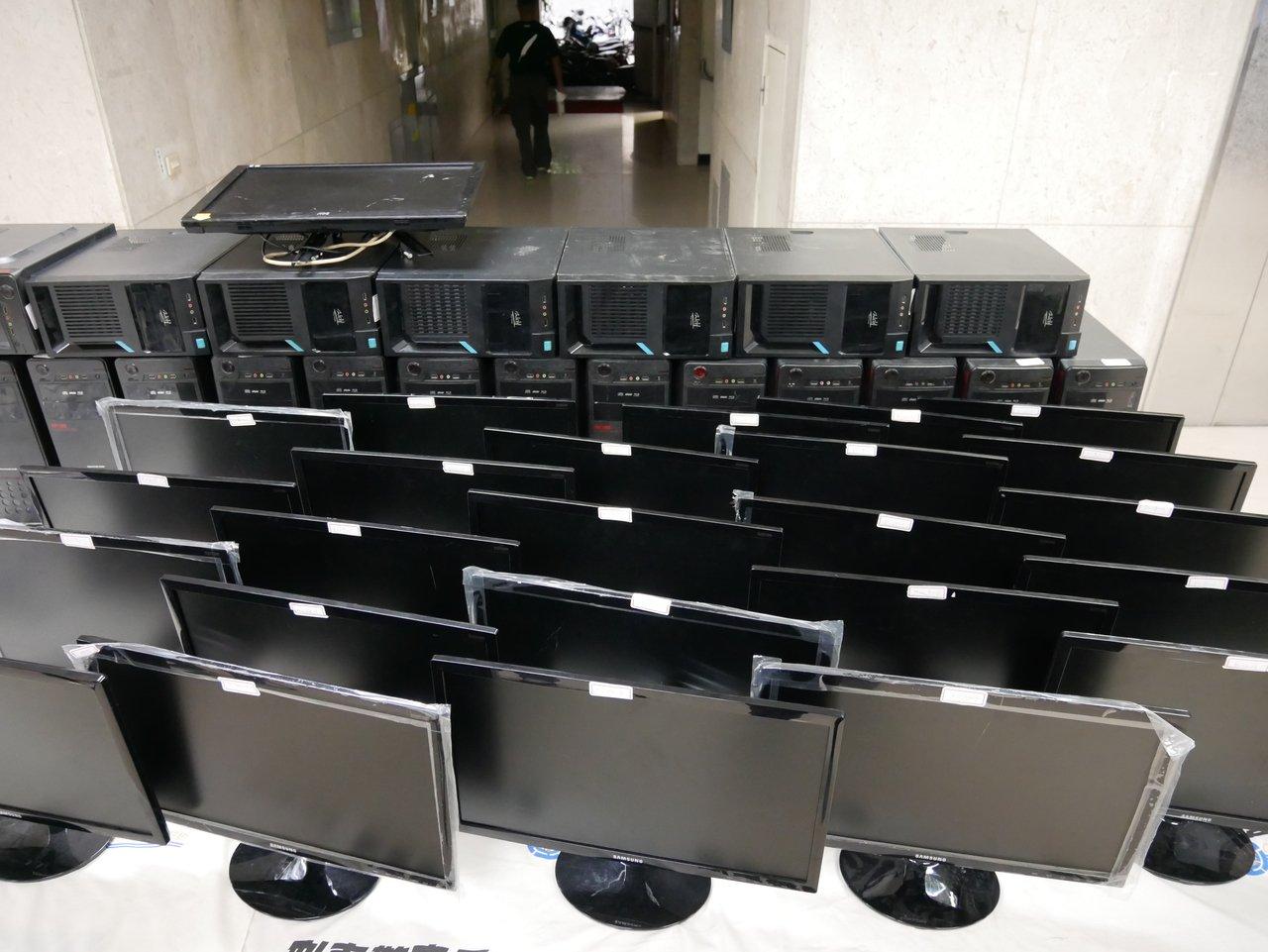 詐團透過通訊軟體騙大陸民眾,警方查扣24台電腦犯罪工具。記者陳金松/攝影