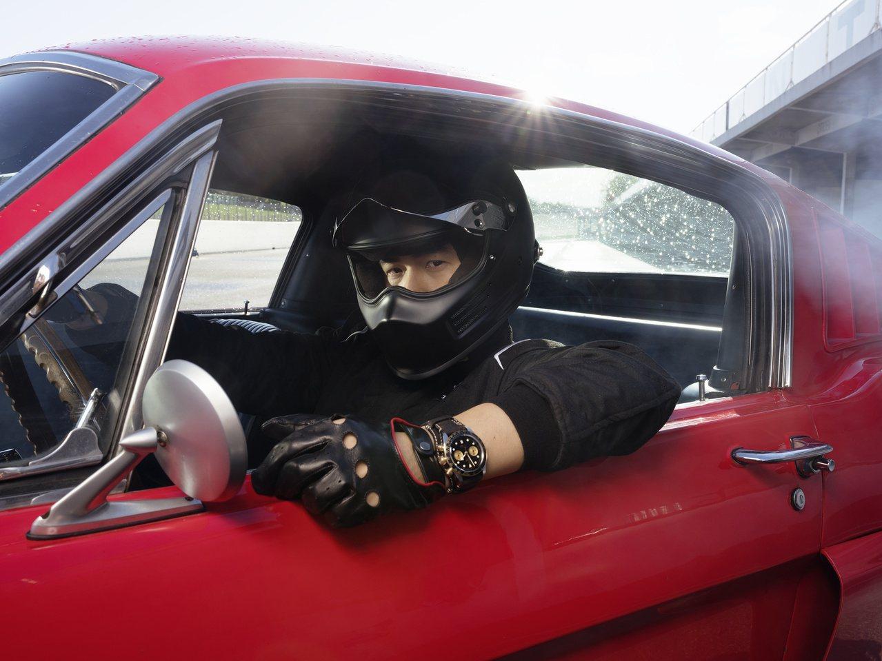 周杰倫為帝舵表代言人,在全新的廣告影片中配戴帝舵碧灣計時型黃金鋼款腕表。圖/帝舵...