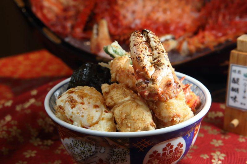 帝王蟹天丼內含有帝王蟹腳(蟹螯)、青龍、舞菇、海苔與半熟蛋等配菜。記者陳睿中/攝影