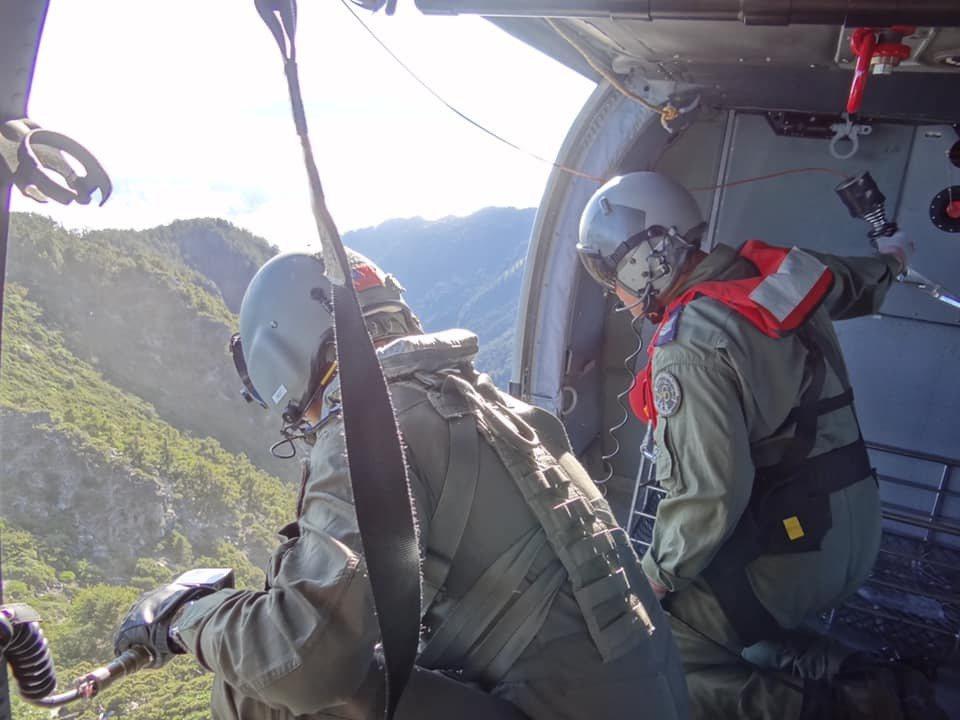 空軍嘉義基地救護隊清晨派遣黑鷹救護直升機UH-60M,飛往台中市和平區雪山,將1...