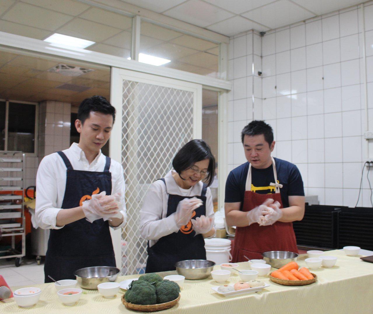 蔡英文(中)在業者帶領下,依序完成人生中首次寵物鮮食體驗。記者張雅婷/攝影