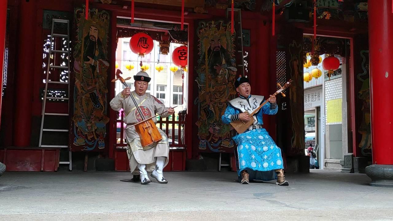 蒙古馬頭琴音獻給三級古蹟昭應宮的媽祖,展開一場另類宗教藝文交流。記者戴永華/攝影
