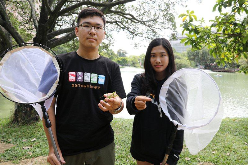 興大昆蟲系大一王遠騰(左)宛如螳螂百科、陳亭予從小投入蝴蝶復育與生態導覽,均透過特殊選才錄取。圖/興大提供
