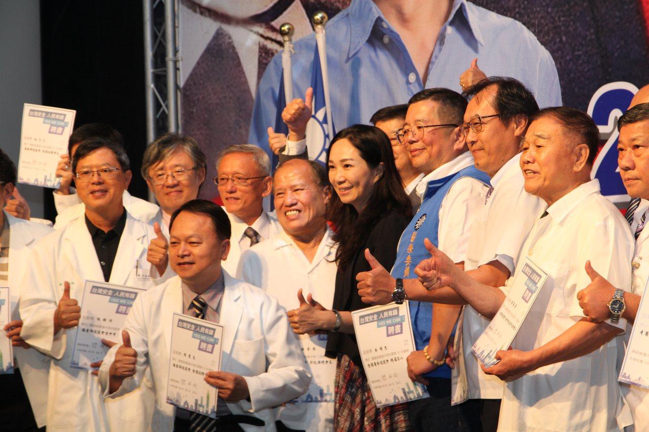 國民黨今在台中市舉辦「醫療界挺韓國瑜競選總統暨立委選舉中部後援會成立大會」韓國瑜...