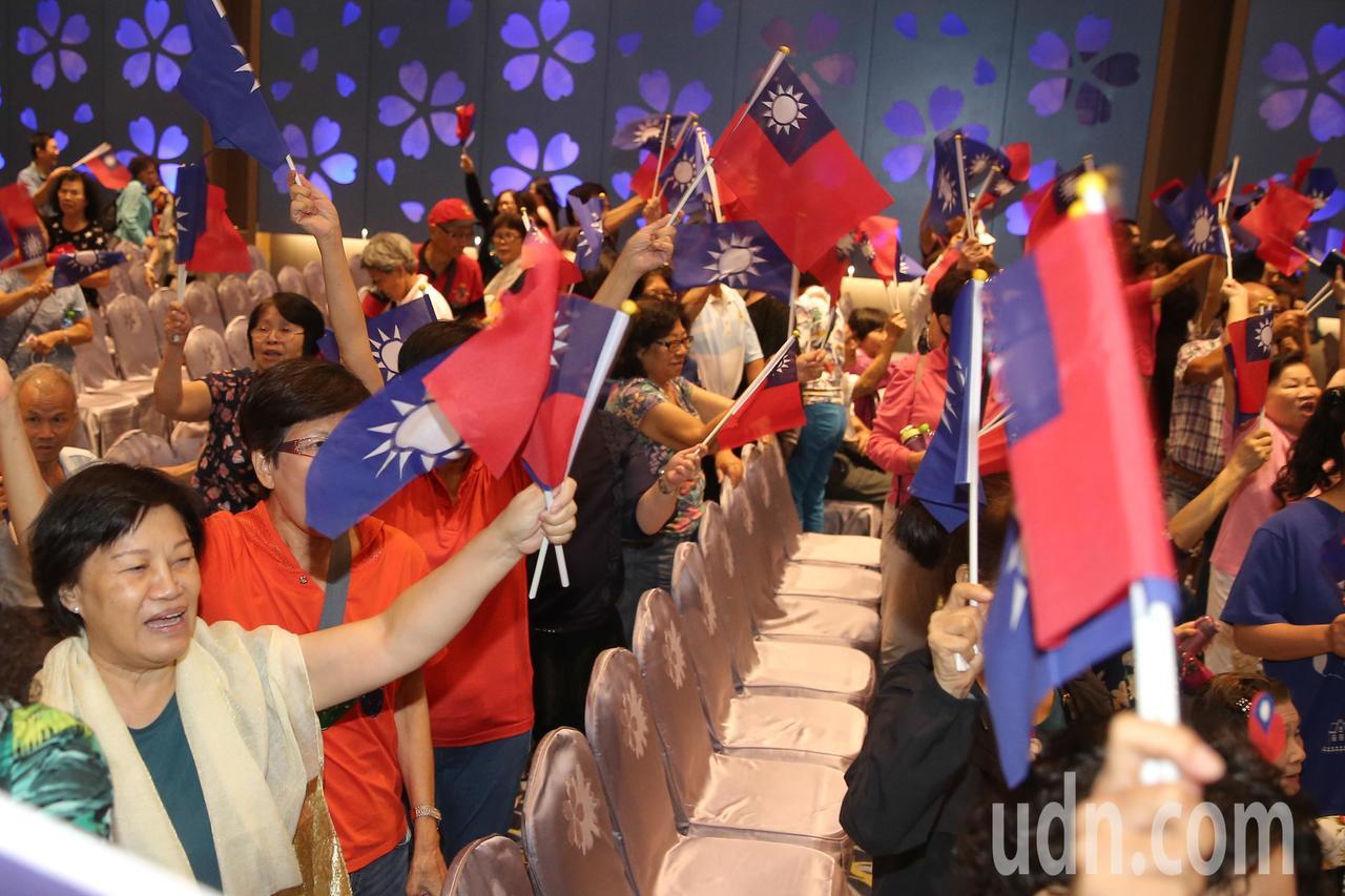 醫療界挺韓國瑜競選總統暨立委選舉中部後援會成立大會來了上百位支持者到場力挺,場面...
