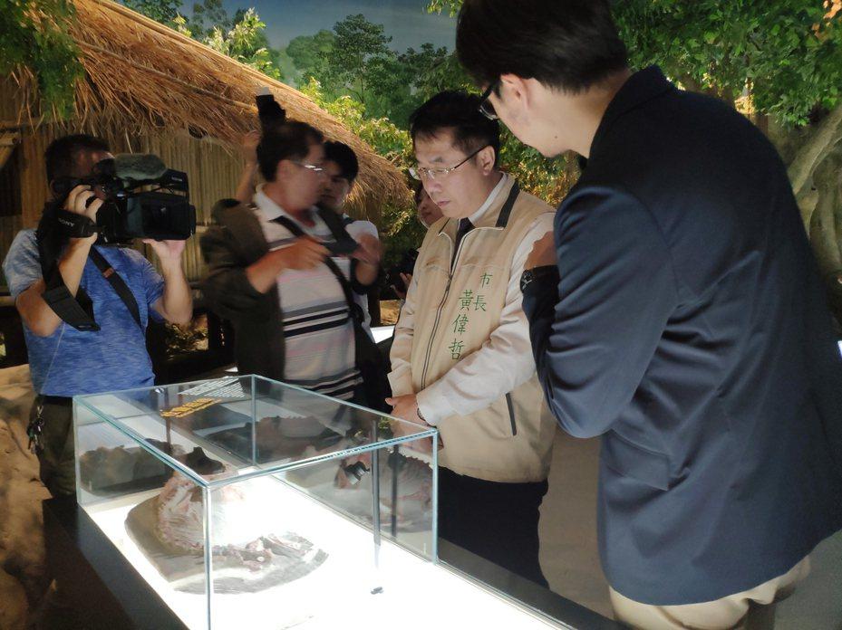 黃偉哲參訪「台灣第一狗」複製品。記者謝進盛/攝影