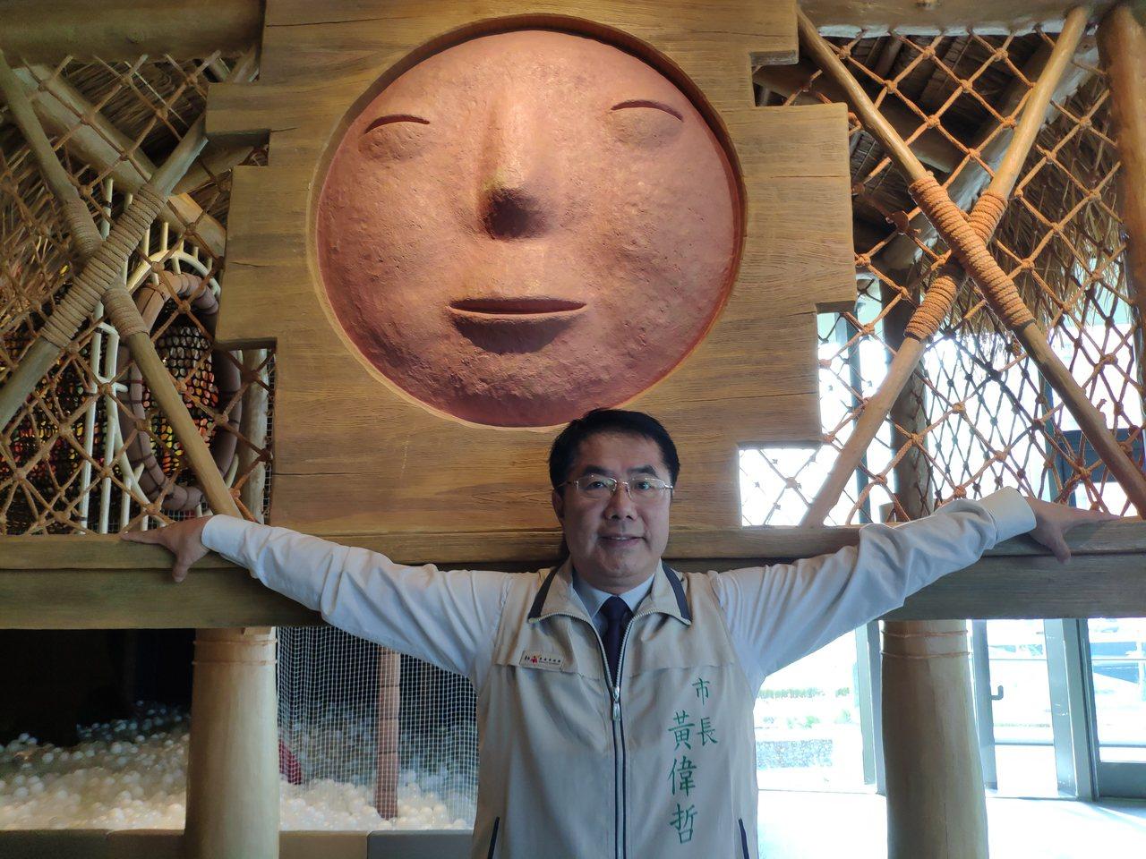 黃偉哲參訪將開幕的南科考古館,張開雙臂肢體表情豐富。記者謝進盛/攝影