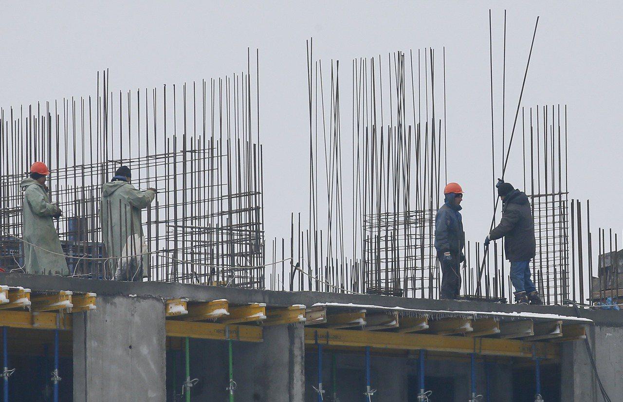 世界鋼鐵協會預估,今年中國以外的全球鋼鐵需求成長幾乎停滯。(圖/路透)