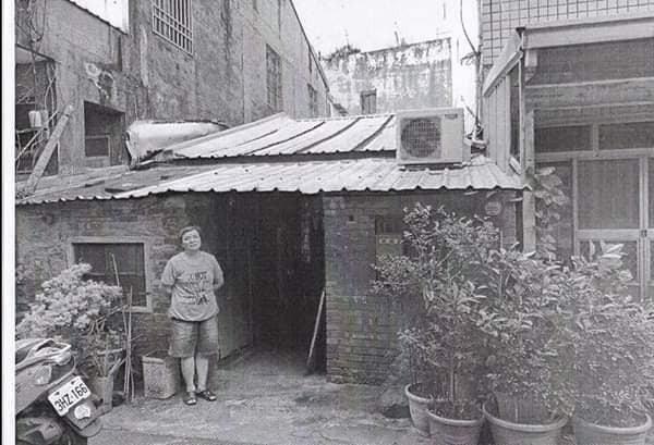 北港許姓婦女和父親長年居住在低矮的老磚屋。記者蔡維斌/翻攝