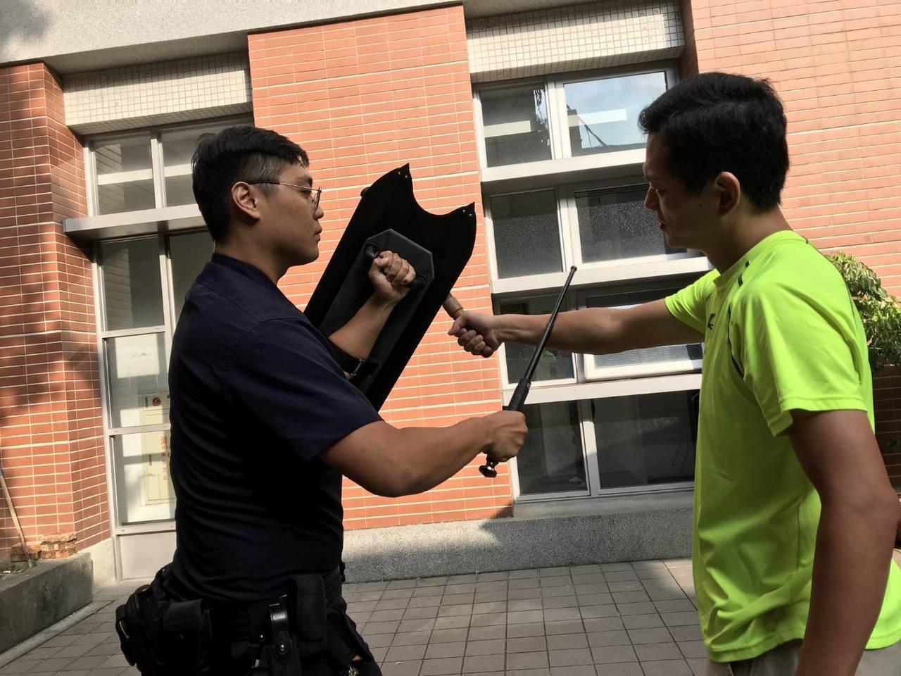 基隆市警二分局獲贈防暴臂盾,有助提升員警維護治安、保護自身及民眾的能力。記者邱瑞...