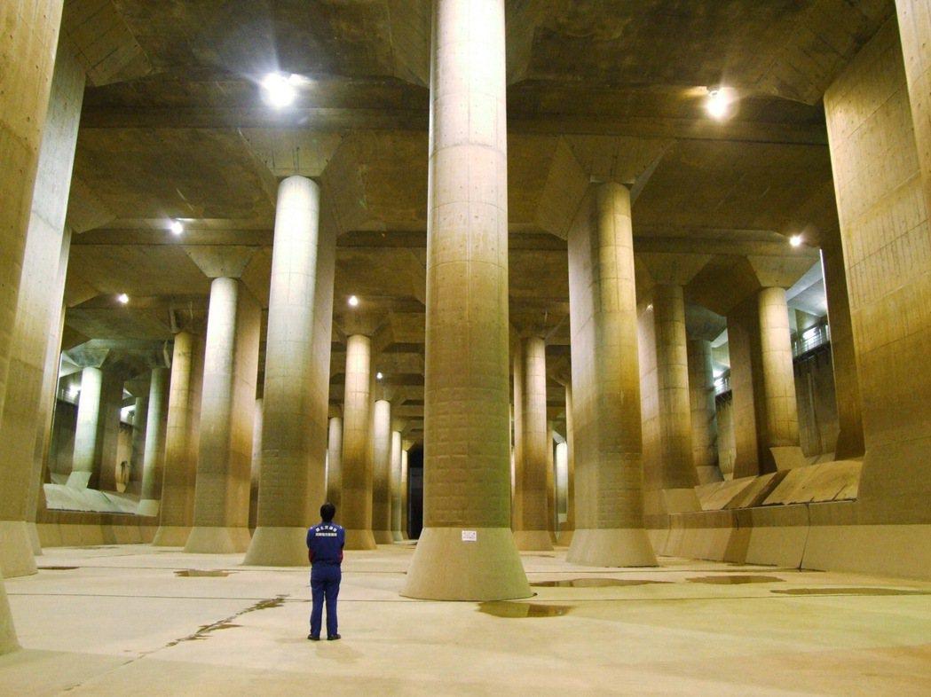 日本首都圈外圍疏洪道被稱為「地下神殿」。圖為沒有洪水時的景象。(路透)