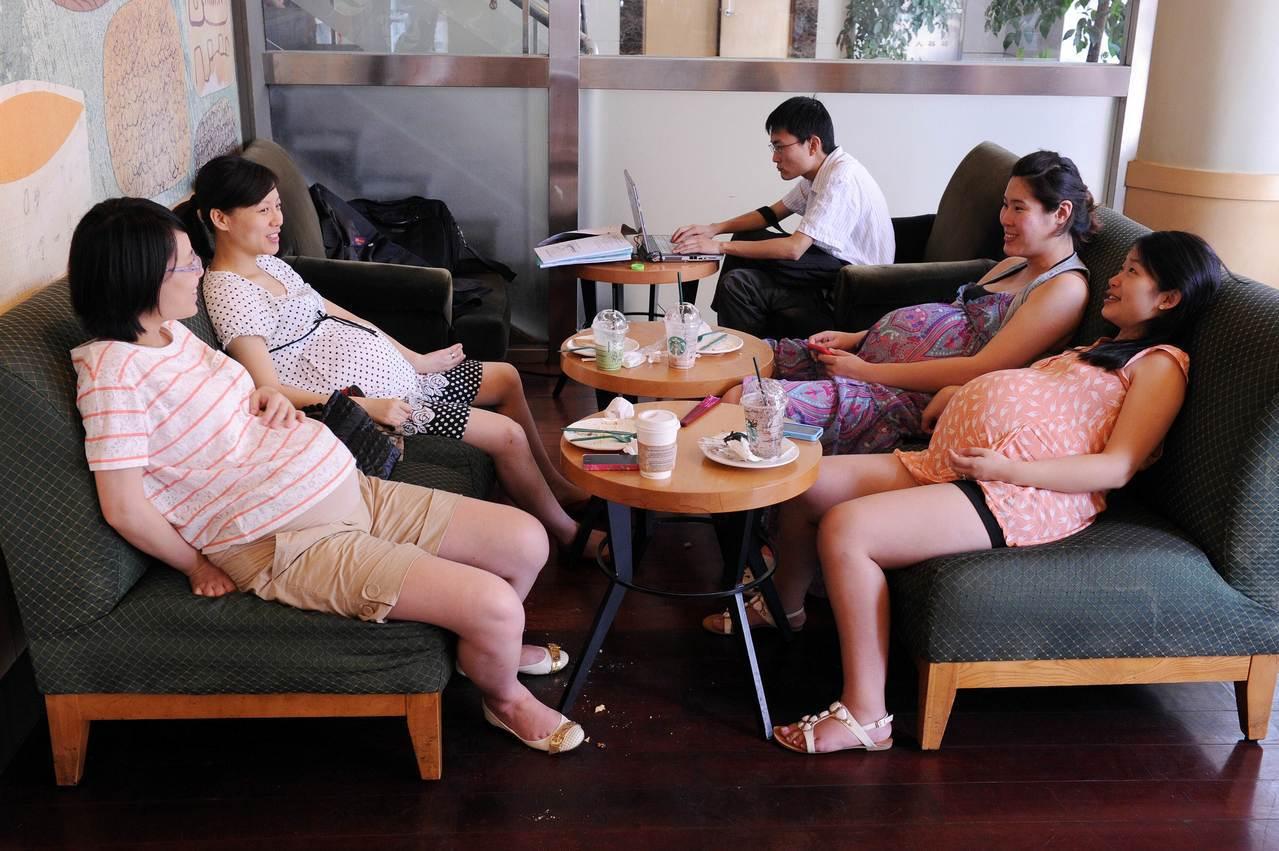 中國大陸上海一群孕婦在咖啡廳聚會紓壓。法新社資料照片