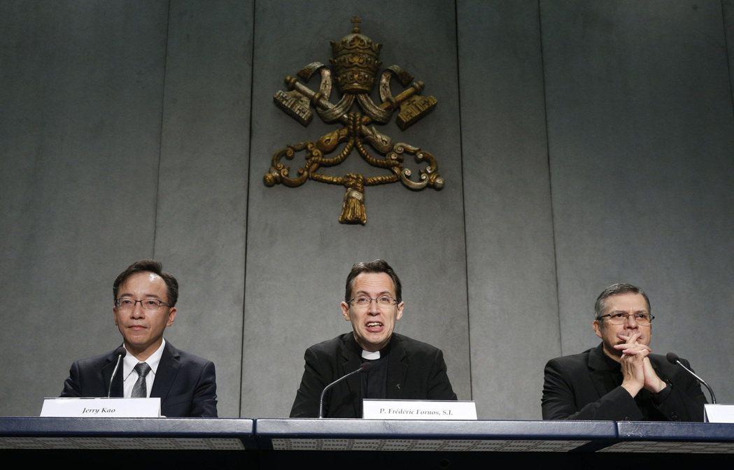 左起為酷碁科技董事長高樹國、教宗全球祈禱網絡全球事務總負責人Fr. Frédér...
