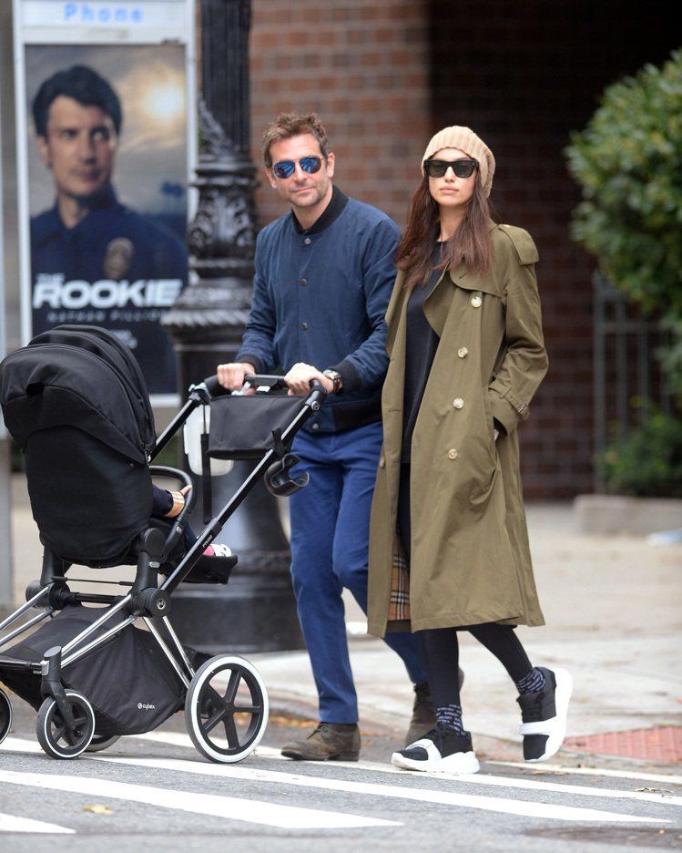 超模伊莉娜沙伊克和前男友布萊德利庫柏遛小孩時身穿軍綠色BURBERRY風衣。圖/...