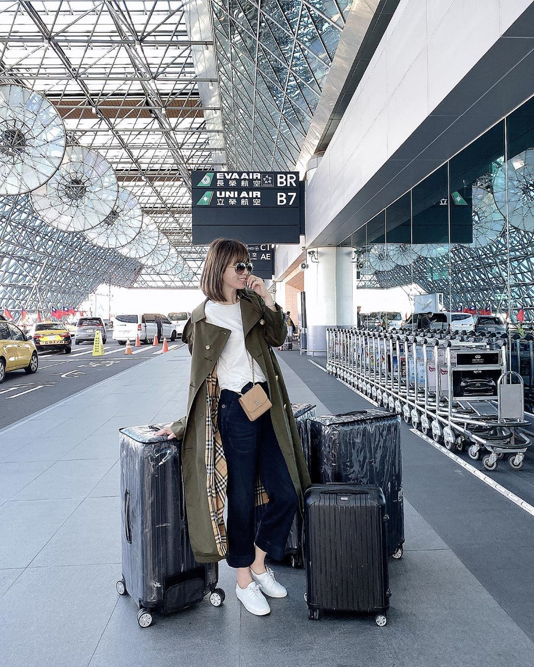 Melody身穿經典長版風衣系列前往倫敦出差 ,售價79,000元。圖/取自IG