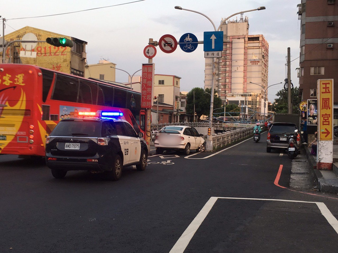 雲林縣斗六市西平路車行地下道今天傍晚發生一起交通事故,一輛汽車誤闖機車道,整輛車...