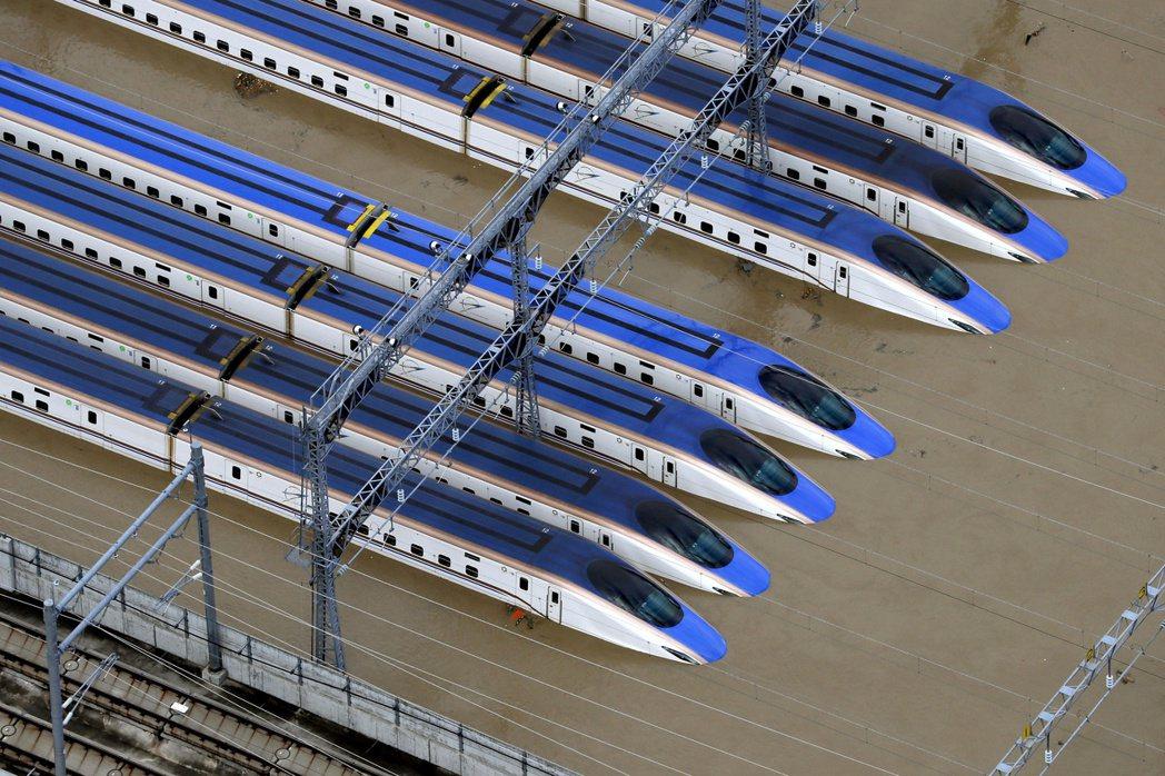 颱風哈吉貝侵襲日本,造成長野縣長野市北陸新幹線機廠內10列列車泡水。(路透)