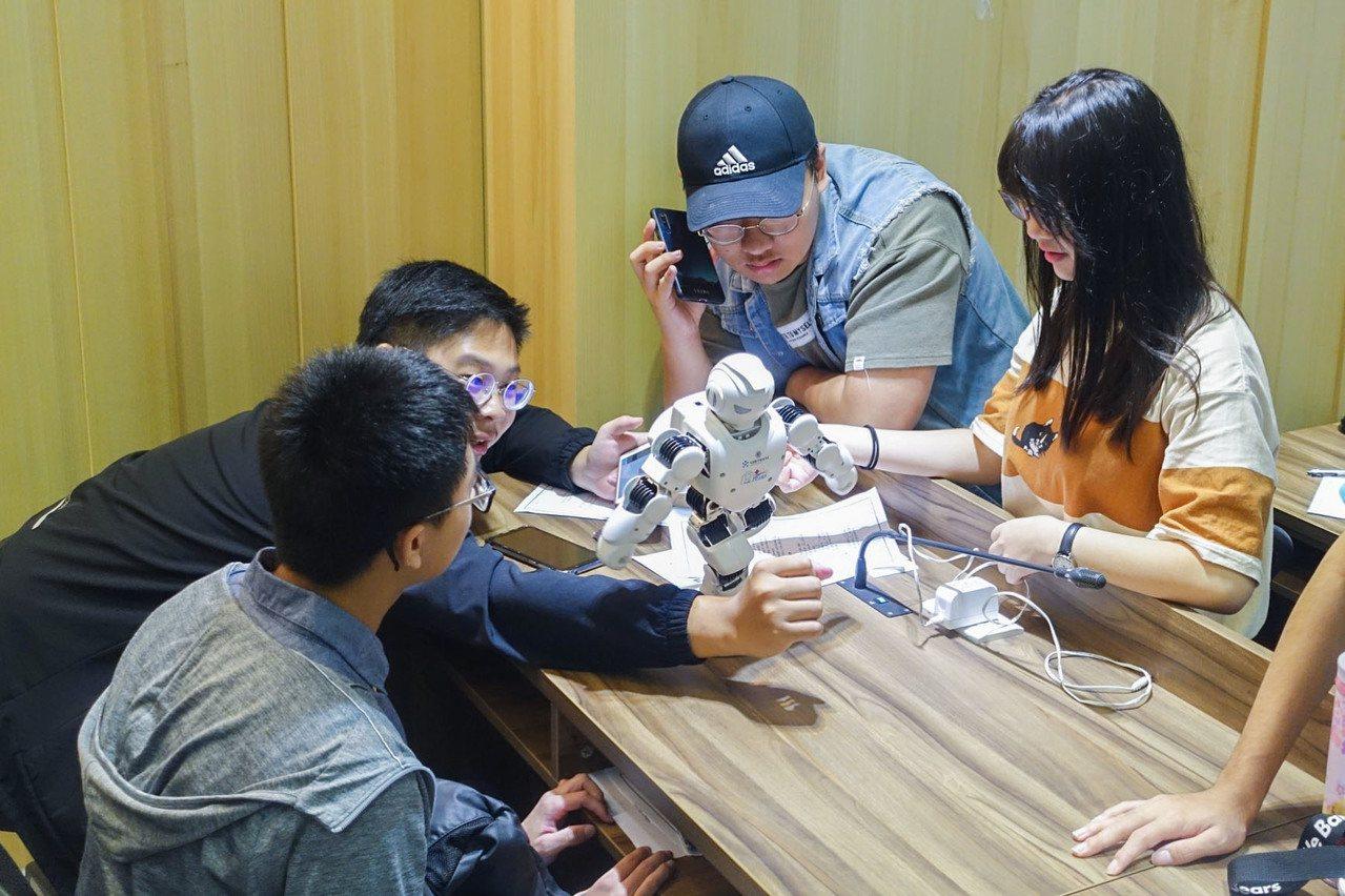 中華大學自107學年度起,就推動以AI為核心的教學,要求全校大一學生入學就得學A...