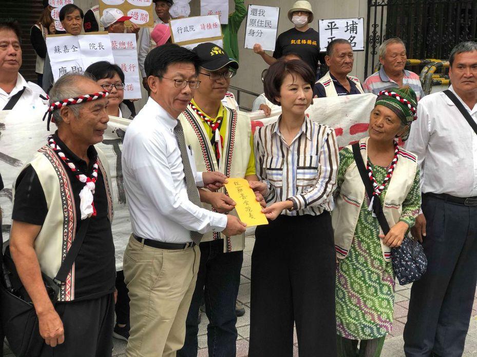西拉雅族人為正名再度北上陳情,台南市籍立委陳亭妃和郭國文出面接受陳情書。圖/西拉雅文化協會提供
