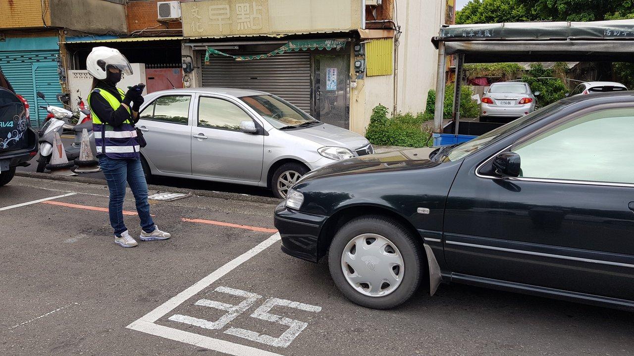 新竹市路邊停車收費格停管員開單輸入車號時,系統會自動過濾積欠牌照稅、逾檢註銷等車...
