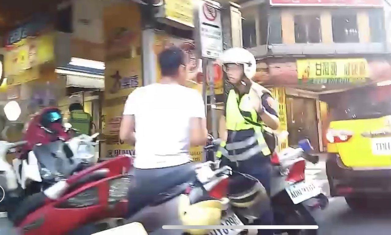 警方在現場對爭吵雙方排解。圖/記者廖炳棋翻攝