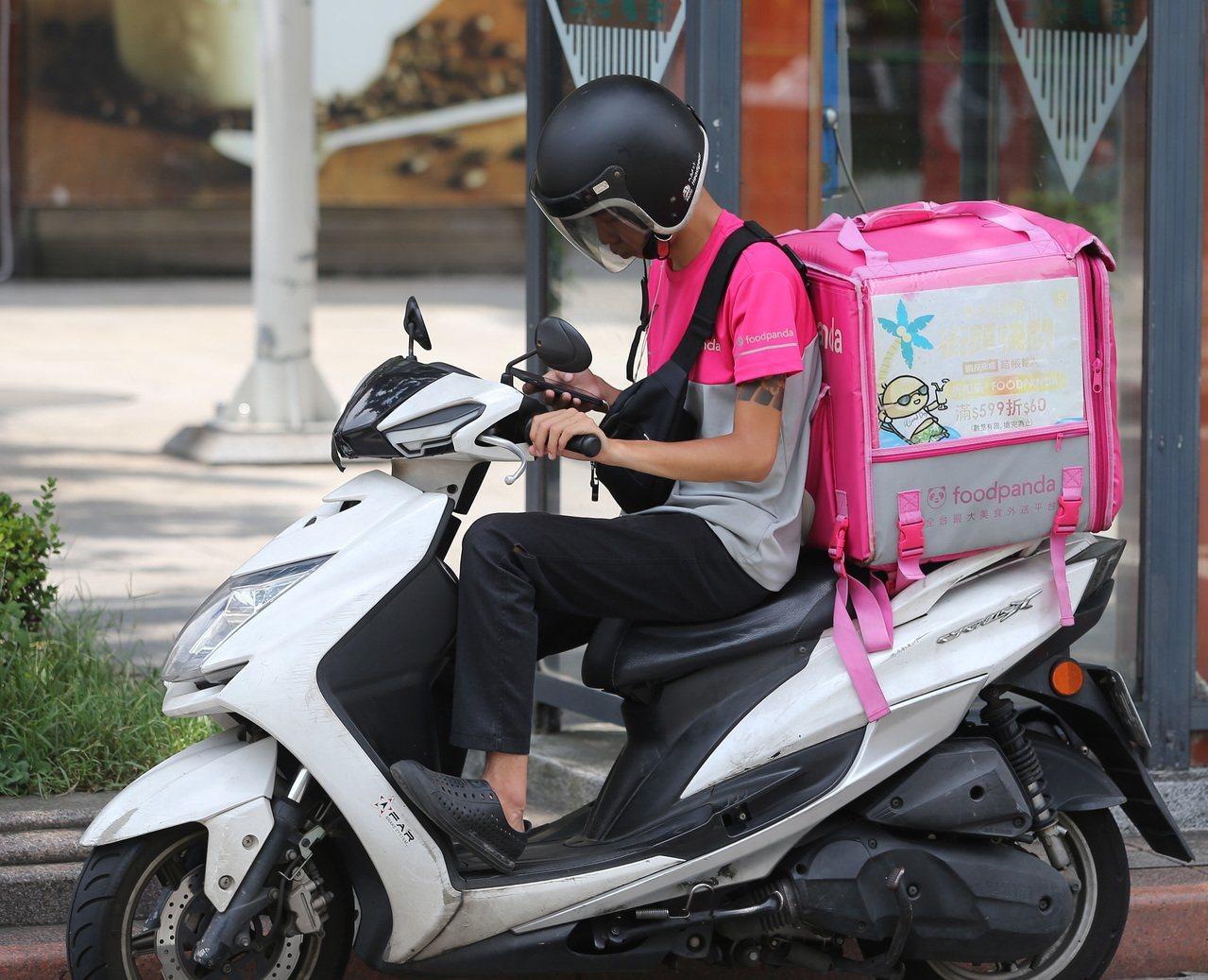 美食外送員意外頻傳,台灣外傷醫學會呼籲限制工時,加強超速取締,以降低車禍死亡率。...