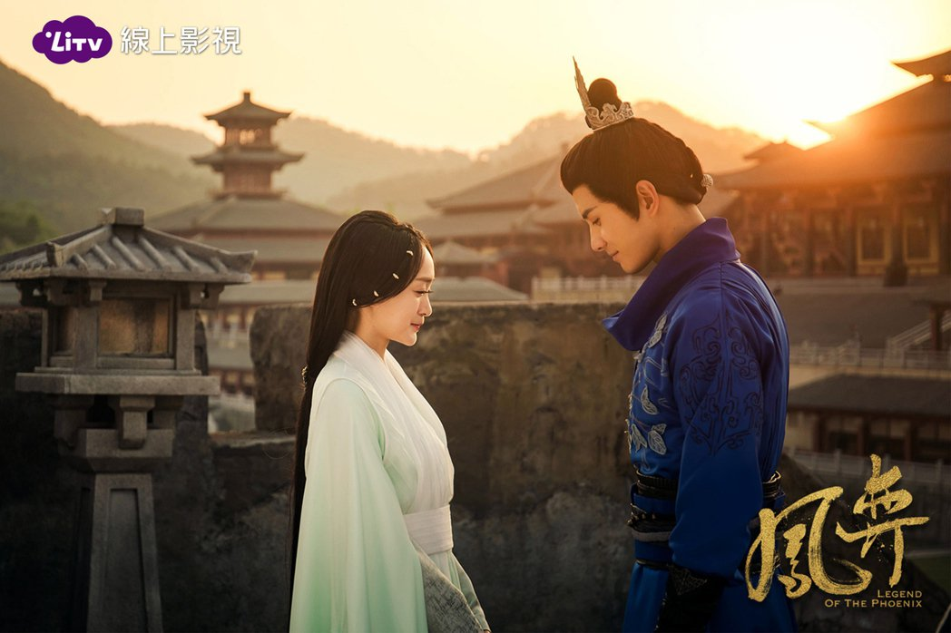 徐正溪(右)在「鳳弈」中苦戀女主角何泓姍。圖/LiTV提供